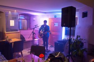 Lukas Walcz spielt live im Crater - Café & Bar